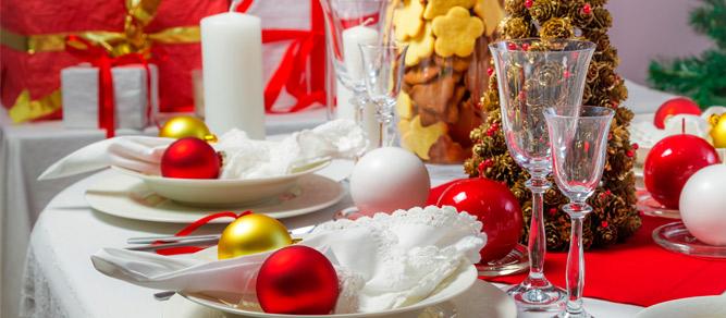 mesa con decoracion de navidad