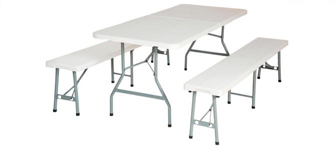 mesa blanca con asientos
