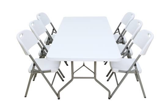 mesa blanca con sillas para la feria
